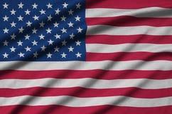 Η σημαία των Ηνωμένων Πολιτειών της Αμερικής απεικονίζεται σε ένα ύφασμα αθλητικών υφασμάτων με πολλές πτυχές Έμβλημα αθλητικών ο στοκ φωτογραφία με δικαίωμα ελεύθερης χρήσης