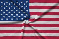 Η σημαία των Ηνωμένων Πολιτειών της Αμερικής απεικονίζεται σε ένα ύφασμα αθλητικών υφασμάτων με πολλές πτυχές Έμβλημα αθλητικών ο στοκ εικόνες