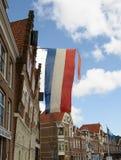 Η σημαία των Κάτω Χωρών πετά πέρα από μια οδό στη λιμενική πόλη Hoorn, Στοκ εικόνες με δικαίωμα ελεύθερης χρήσης