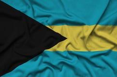 Η σημαία των Μπαχαμών απεικονίζεται σε ένα ύφασμα αθλητικών υφασμάτων με πολλές πτυχές Έμβλημα αθλητικών ομάδων στοκ εικόνες