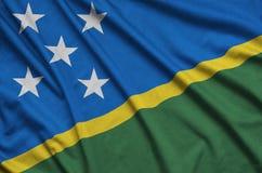 Η σημαία των νήσων του Σολομώντος απεικονίζεται σε ένα ύφασμα αθλητικών υφασμάτων με πολλές πτυχές Έμβλημα αθλητικών ομάδων στοκ φωτογραφίες με δικαίωμα ελεύθερης χρήσης