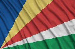 Η σημαία των Σεϋχελλών απεικονίζεται σε ένα ύφασμα αθλητικών υφασμάτων με πολλές πτυχές Έμβλημα αθλητικών ομάδων στοκ φωτογραφίες με δικαίωμα ελεύθερης χρήσης