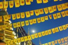 Η σημαία Dhammachak ή ταϊλανδική βουδιστική σημαία στο ναό στοκ εικόνα με δικαίωμα ελεύθερης χρήσης