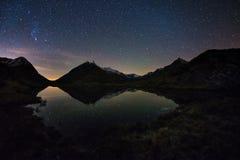 Η σημαντική ομορφιά του γαλακτώδους τόξου τρόπων και του έναστρου ουρανού απεικόνισε στη λίμνη στο μεγάλο υψόμετρο στις Άλπεις Φυ Στοκ Εικόνες