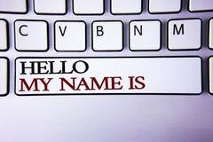 Η σημείωση γραψίματος που παρουσιάζει γειά σου όνομά μου είναι Επιδεικνύοντας συνεδρίαση των επιχειρησιακών φωτογραφιών κάποιος ν Στοκ φωτογραφία με δικαίωμα ελεύθερης χρήσης