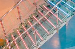 Η σκάλα γυαλιού μετάλλων με το νέο, οδήγησε backlight στοκ εικόνες