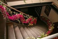 η σκάλα είναι διακοσμημένη με τα λουλούδια Στοκ φωτογραφία με δικαίωμα ελεύθερης χρήσης