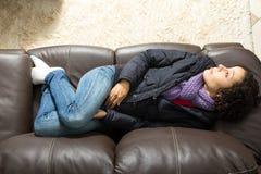 Η σκεπτική γυναίκα έβαλε στον καναπέ Στοκ Εικόνες