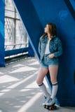 η σκεπτική μοντέρνη γυναίκα στο τζιν ντύνει τις υψηλές κάλτσες και τα αναδρομικά σαλάχια κυλίνδρων στοκ φωτογραφία