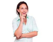Η σκεπτόμενη γυναίκα είναι ευτυχής Στοκ φωτογραφία με δικαίωμα ελεύθερης χρήσης