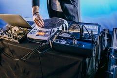 Η σκηνή εξοπλισμού μουσικής έκστασης του DJ εκτελεί Στοκ φωτογραφίες με δικαίωμα ελεύθερης χρήσης