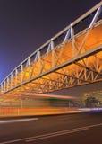 Η σκηνή νύχτας με τη για τους πεζούς γέφυρα και η κυκλοφορία στην κίνηση θολώνουν, Πεκίνο, Κίνα Στοκ Εικόνα