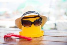 Η σκηνή παραλιών με τον κάδο και τα γυαλιά ηλίου Στοκ εικόνες με δικαίωμα ελεύθερης χρήσης