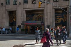 Η σκηνή στο κέντρο Rockefeller με ένα σημάδι για παρουσιάζει απόψε με πρωταγωνιστή Jimmy Fallon με τους ανθρώπους που περπατούν κ στοκ εικόνες με δικαίωμα ελεύθερης χρήσης