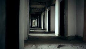 Η σκηνή ταινίας τρόμου εγκαταλειμμένης της διάδρομος οικοδόμησης από τη κάμερα μετακινείται με την καταδίωξη του πυροβολισμού σε