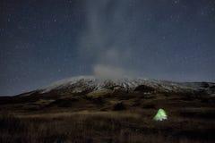 Η σκηνή φωτισμού κάτω από το χειμώνα Etna τοποθετεί και έναστρη νύχτα, Σικελία στοκ φωτογραφία με δικαίωμα ελεύθερης χρήσης