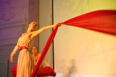 Η σκηνική απόδοση του εστιατορίου upscale ο χορός χορευτών θερινών παλατιών παρουσιάζει του ύφους ομάδας συνόλων Στοκ φωτογραφία με δικαίωμα ελεύθερης χρήσης