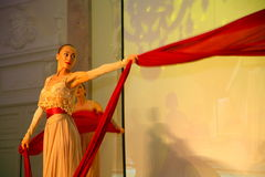 Η σκηνική απόδοση του εστιατορίου upscale ο χορός χορευτών θερινών παλατιών παρουσιάζει του ύφους ομάδας συνόλων Στοκ Εικόνες