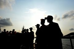 Η σκιά ενός ατόμου που στέκεται σε μια σειρά στη μέση της βάρκας στοκ φωτογραφία