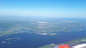 Η σκιά ενός πετώντας αεροπλάνου στο έδαφος μια ηλιόλουστη ημέρα επάνω από το ωκεάνιο παράθυρο όψης εδάφους μυγών αεροπλάνων Σκιά  απόθεμα βίντεο