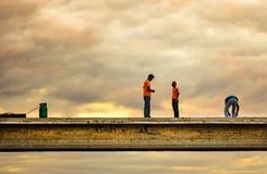 Η σκιά των εργαζομένων λειτουργεί overpass στο βήμα με τον ουρανό στο δραματικό τόνο Στοκ Φωτογραφία