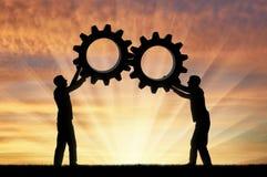 Η σκιαγραφία δύο ατόμων που κρατούν τα εργαλεία τους έβαλε μαζί σε ένα εργαλείο Στοκ εικόνα με δικαίωμα ελεύθερης χρήσης
