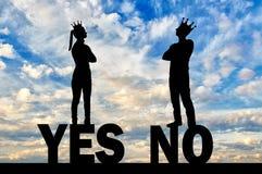 Η σκιαγραφία ενός εγωιστικού ζεύγους με τις κορώνες στο κεφάλι τους δεν μπορεί να συμφωνήσει, στεμένος στη λέξη ναι και το αριθ. Στοκ εικόνα με δικαίωμα ελεύθερης χρήσης