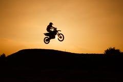 Η σκιαγραφία μοτοσικλετών πηδά Στοκ φωτογραφία με δικαίωμα ελεύθερης χρήσης