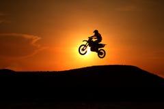 Η σκιαγραφία μοτοσικλετών πηδά Στοκ εικόνα με δικαίωμα ελεύθερης χρήσης