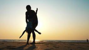 Η σκιαγραφία της μητέρας ανατρέφει την κόρη στα όπλα της και την φιλά σε σε αργή κίνηση φιλμ μικρού μήκους
