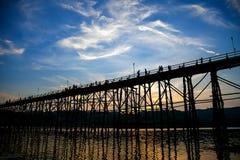 Η σκιαγραφία της παλαιάς ξύλινης γέφυρας σε Sangklaburi Στοκ Εικόνες