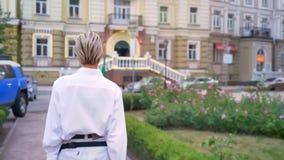 Η σκιαγραφία της σύγχρονης γυναίκας περπατά κάτω από την οδό στο πάρκο στην πρωινή, αστική έννοια απόθεμα βίντεο