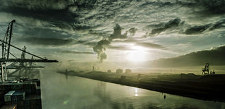 Η σκιαγραφία των γερανών και το σκάφος παρουσιάζουν ενάντια στο πολύχρωμο ηλιοβασίλεμα Στοκ φωτογραφίες με δικαίωμα ελεύθερης χρήσης