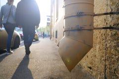 Η σκιαγραφία των περαστικών σε μια μικρή οδό πόλεων Γυναίκα που κρατά έναν άνδρα από το βραχίονα, που περπατά στο πεζοδρόμιο r στοκ φωτογραφίες με δικαίωμα ελεύθερης χρήσης