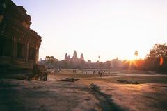Η σκιαγραφία Angkor Wat στην ανατολή, ο καλύτερος χρόνος το πρωί σε Siem συγκεντρώνει, Καμπότζη Στοκ Εικόνες