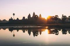 Η σκιαγραφία Angkor Wat στην ανατολή, ο καλύτερος χρόνος το πρωί σε Siem συγκεντρώνει, Καμπότζη Στοκ εικόνα με δικαίωμα ελεύθερης χρήσης