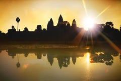 Η σκιαγραφία Angkor Wat στην ανατολή, ο καλύτερος χρόνος το πρωί σε Siem συγκεντρώνει, Καμπότζη Στοκ φωτογραφία με δικαίωμα ελεύθερης χρήσης
