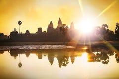 Η σκιαγραφία Angkor Wat στην ανατολή, ο καλύτερος χρόνος το πρωί σε Siem συγκεντρώνει, Καμπότζη Στοκ εικόνες με δικαίωμα ελεύθερης χρήσης