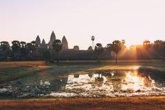 Η σκιαγραφία Angkor Wat στην ανατολή, ο καλύτερος χρόνος το πρωί σε Siem συγκεντρώνει, Καμπότζη Στοκ φωτογραφίες με δικαίωμα ελεύθερης χρήσης