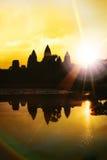 Η σκιαγραφία Angkor Wat στην ανατολή, ο καλύτερος χρόνος το πρωί σε Siem συγκεντρώνει, Καμπότζη Στοκ Φωτογραφίες