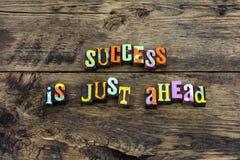 Η σκληρή δουλειά επιτυχίας μπροστά επιτυγχάνει την τυπογραφία στοκ φωτογραφίες