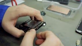 η σκληρή υπηρεσία ρυθμιστή κεντρικών υπολογιστών εξετάζει το σας Καταστήματα επισκευής ηλεκτρονικής Η επισκευή του smartphone Άτο φιλμ μικρού μήκους