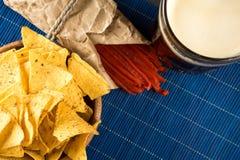 Η σκοτεινά μπύρα, τα nachos και τα τσιπ ψαριών είναι στον πίνακα διάστημα αντιγράφων στοκ φωτογραφία με δικαίωμα ελεύθερης χρήσης