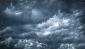 Η σκοτεινή θύελλα σύννεφων το καλοκαίρι πριν από τον ανεμοστρόβιλο έρχεται Στοκ εικόνες με δικαίωμα ελεύθερης χρήσης