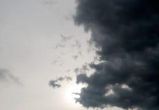 Η σκοτεινή θύελλα καλύπτει το υπόβαθρο, σύννεφα, dask θύελλα, σύννεφο βροχής, ως σύννεφα βροχής που επιπλέουν κοντά στη βροχή Στοκ Εικόνες