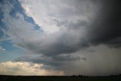 Η σκοτεινή καταιγίδα καλύπτει επάνω από το παρμένο έδαφος που ονομάζεται zuidplaspolder, το οποίο είναι η χαμηλότερη περιοχή των  Στοκ Εικόνες