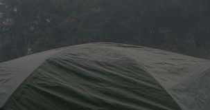 Η σκοτεινή τουριστική σκηνή είναι κάτω από τις πτώσεις δυνατής βροχής στον Καρπάθιο στοκ εικόνες με δικαίωμα ελεύθερης χρήσης