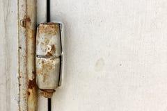 Η σκουριασμένη πόρτα αρθρώνει την κατακόρυφο Στοκ Εικόνες