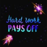 Η σκληρή δουλειά πληρώνει μακριά το κείμενο Απόσπασμα Inspiraton με το διάστημα και την επίδραση γαλαξιών απεικόνιση αποθεμάτων
