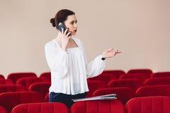 η σοβαρή γυναίκα μιλά σοβαρά πέρα από το τηλέφωνο Στοκ φωτογραφία με δικαίωμα ελεύθερης χρήσης
